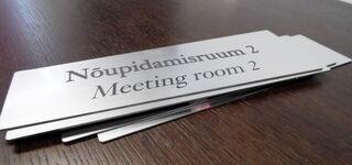 Kaiverrettu kyltti - Meeting room